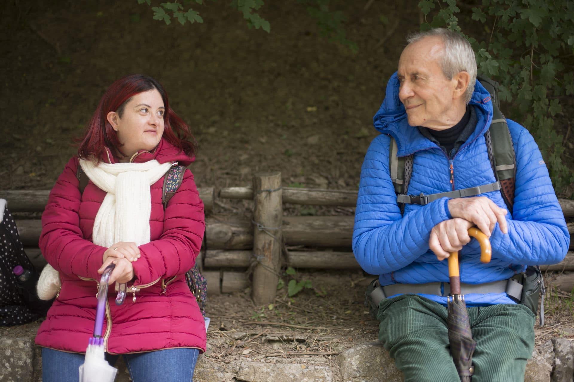 Dafne e il padre in viaggio in montagna in una scena del film